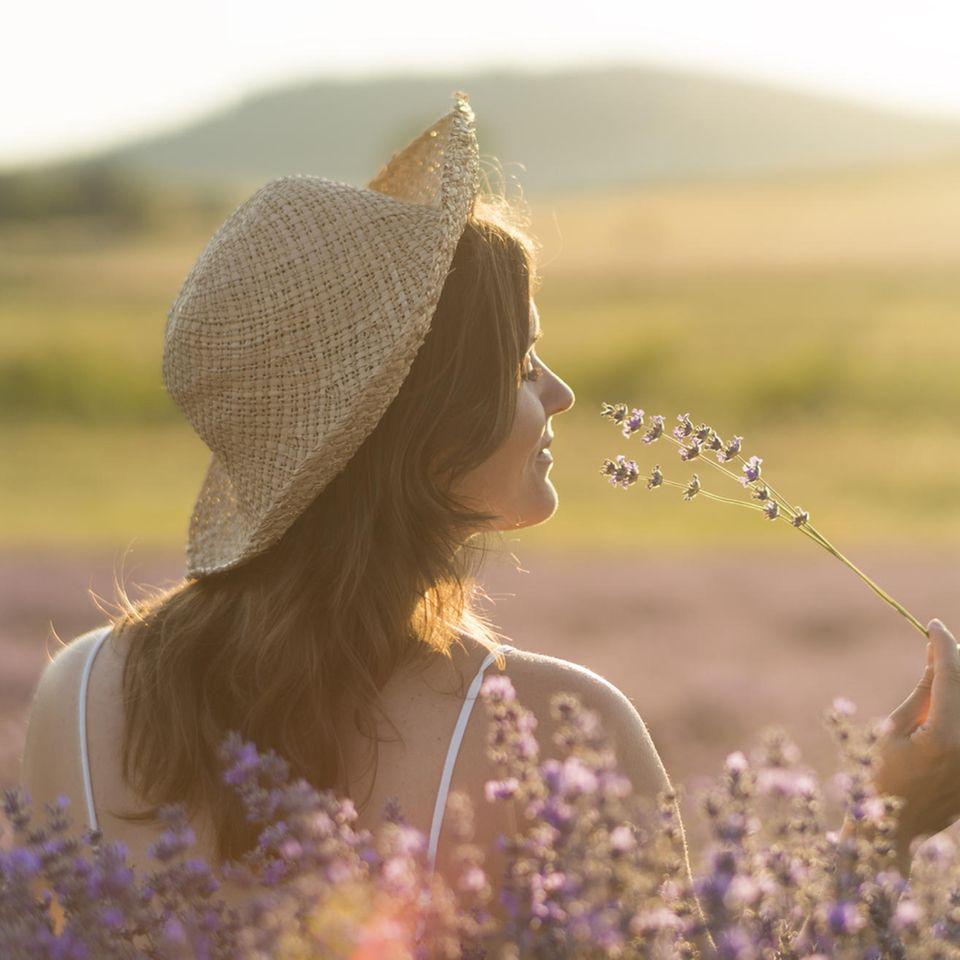 Was kann ich für mich tun? Eine Frau riecht an einer Blume