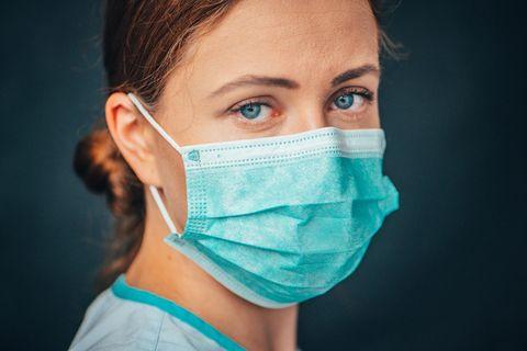 Genialer Trick von einer Krankenschwester: So drückt die Maske nicht mehr beim Tragen: Krankenschwester mit Maske