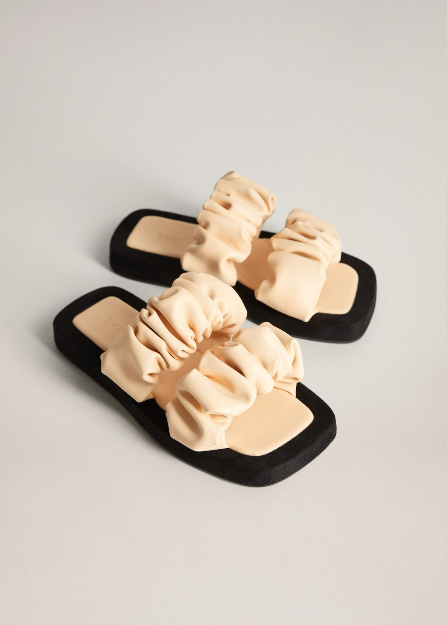 Sommerschuhe: Sandalen mit gerafften Riemen