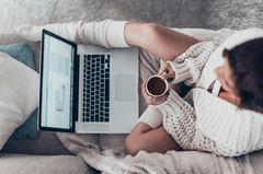 Pomodoro-Technik: Eine Frau mit Laptop und Kaffee
