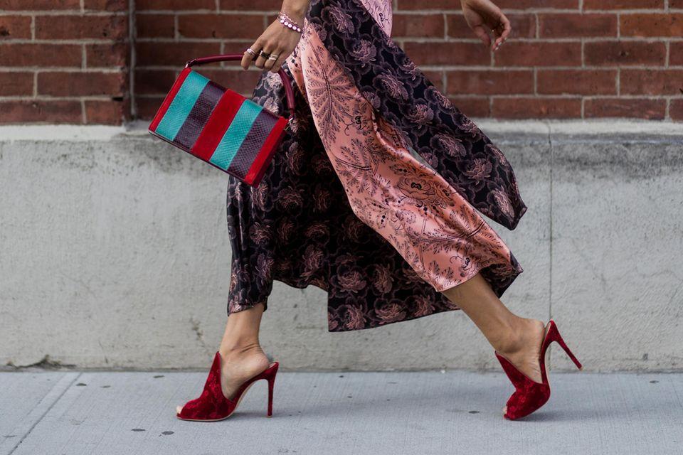 Sommerschuhe: Frau läuft mit schwingendem Rock