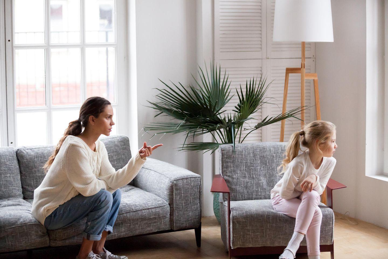 Die Leviten lesen: Frau spricht Klartext mit Tochter