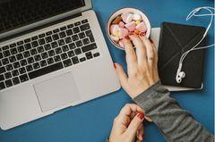 Assoziatives Lernen - Frau greift in Schale mit Süßigkeiten