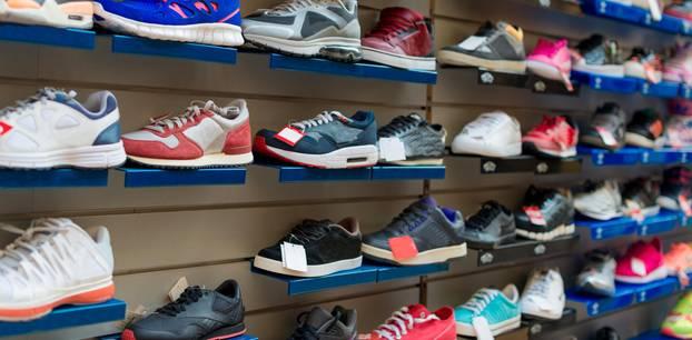 Runners Point: Eine Wand voller Sportschuhe in einem Schuhladen