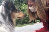 """""""Ein Schutz fürs Leben"""": Frau mit Maske und Hund"""