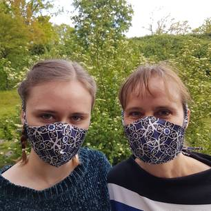 """""""Ein Schutz fürs Leben:"""" Frau und Mädchen mit Masken"""