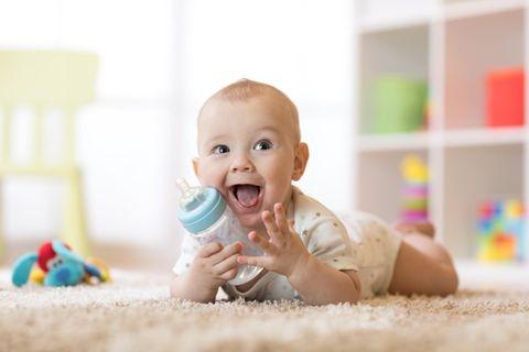 Tee für Babys: Baby mit Flasche