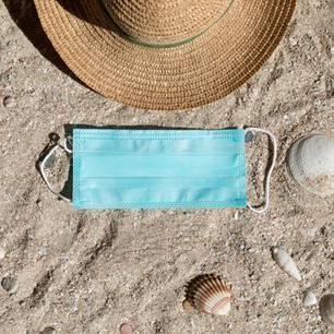 Corona aktuell: Sommerurlaub: Maske am Strand