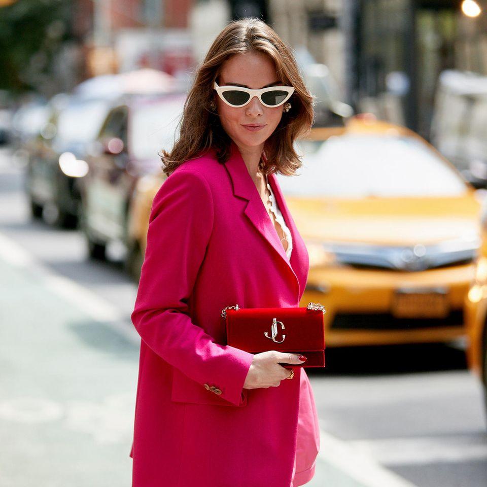 Sommer-Trends: Frau mit pinken Blazer