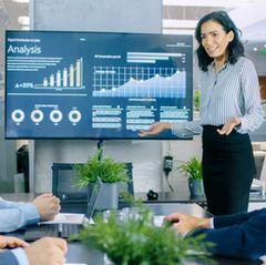 PowerPoint-Alternativen: Frau hält Präsentation