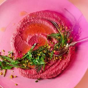 Pinkfarbener Hummus mit Kräutern und Pistazien
