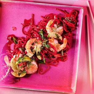 Rote-Bete-Glasnudelsalat mit gebratenen Garnelen
