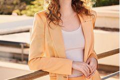 Hosenanzüge: Satinblazer mit passender gerader Hose