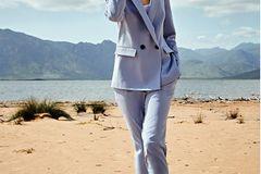 Hosenanzüge: Hellblauer Blazer mit passender Zigarettenhose