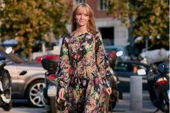 Maxikleider: Frau mit langen Kleid