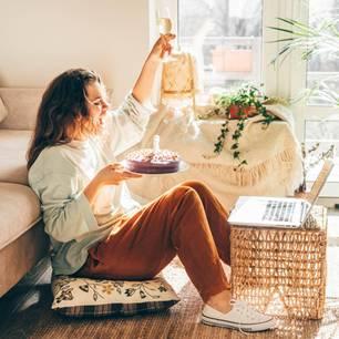 Wann haben die meisten Menschen Geburtstag? Eine Frau feiert ihren Geburtsag