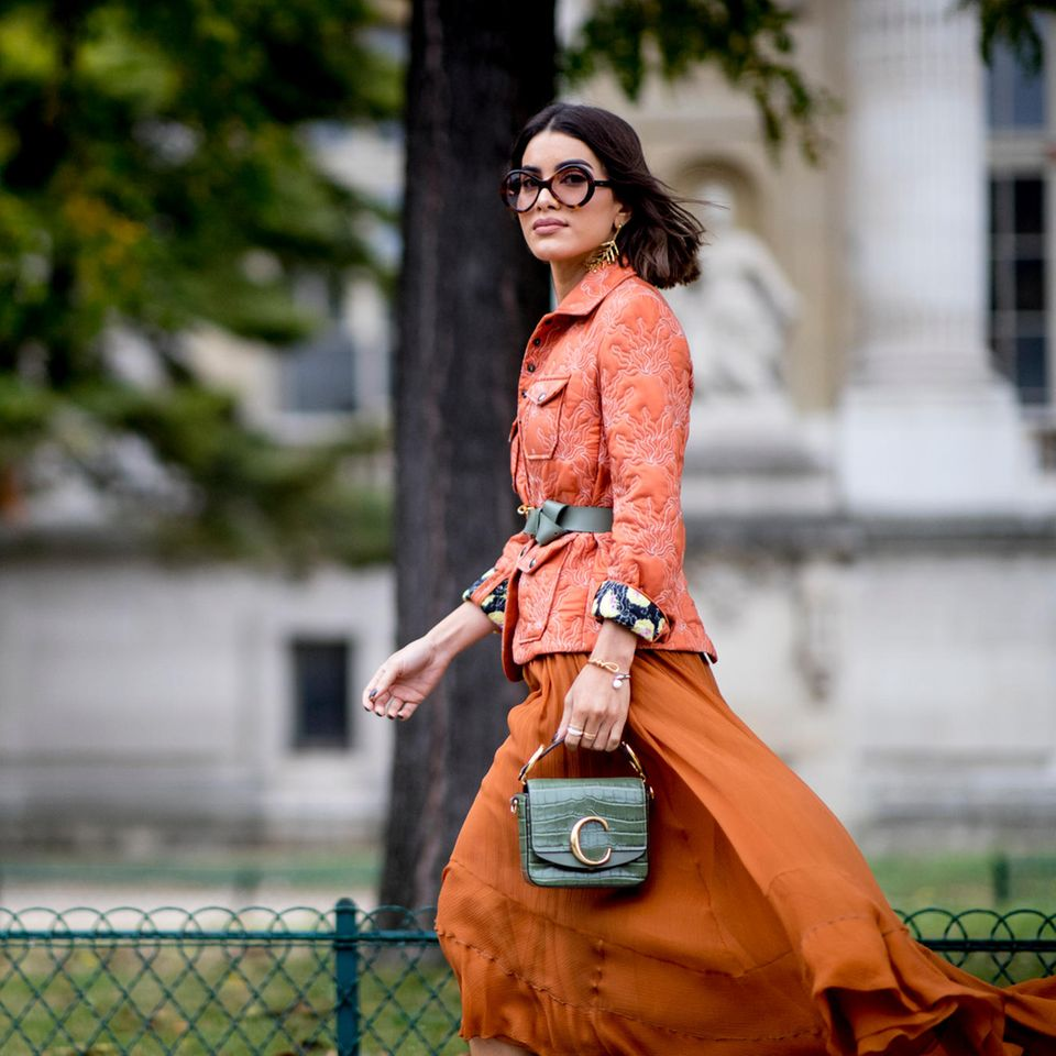 Röcke 2020: Frau mit wehendem Rock in orange