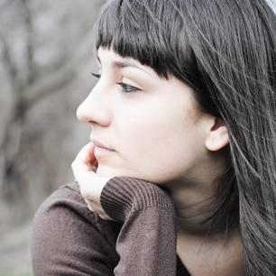 Mit Enttäuschungen umgehen: Eine nachdenkliche, junge Frau