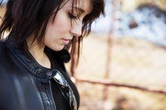 Mit Enttäushcungen umgehen: Eine junge, enttäuschte Frau