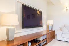 Fernseher verstecken:Wohnzimmer mit Fernseher und Bilderrahmen drumherum