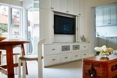 Fernseher verstecken: Wohnzimmer mit Wohnwand