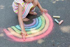 Kreide selber machen: Kind malt mit Kreide auf Straße