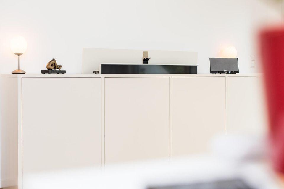 Fernseher verstecken: weißes Sideboard
