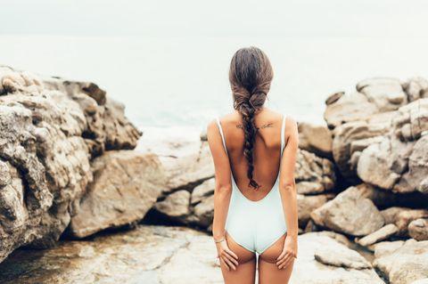 xxx: Model im Badeanzug von hinten