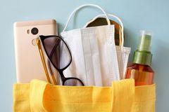 5 Dinge, die du in Zeiten von Corona immer dabei haben solltest: Tasche mit Dingen