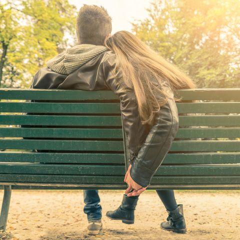 Welche Probleme hat man in einer gesunden Beziehung? Ein Pärchen auf einer Bank