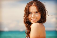 Beauty-Produkte mit LSF: Frau am Meehr