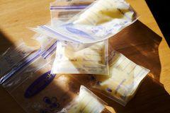 Milk: Milchtüten auf dem Tisch