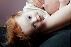Milk: Baby liegt neben der Brust