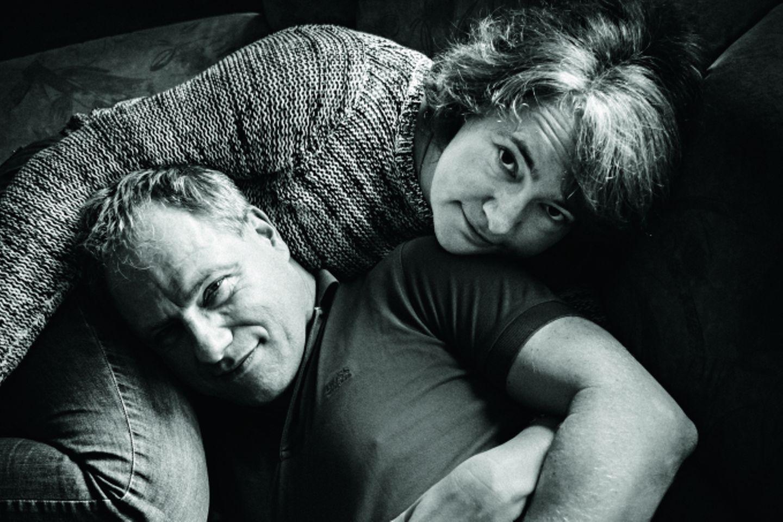Liebe mit Autismus: Mann und Frau liegen sich in dem Armen