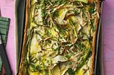 Spargel-Blechkuchen mit Mandel-Gremolata
