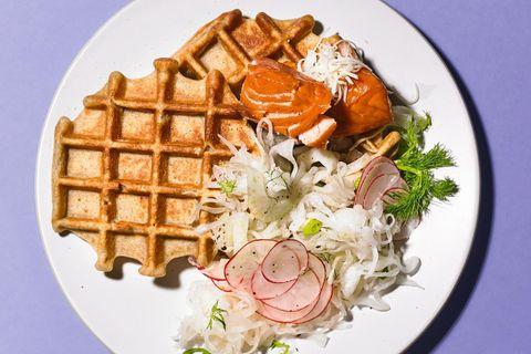 Fit-Food: Buchweizenwaffeln mit Gemüsesalat und Lachs