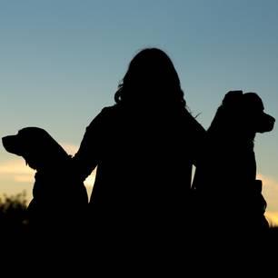 Hund klonen: Frau mit zwei Hunden