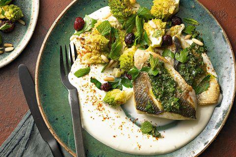 Wolfsbarsch mit Salsa verde und Romanesco-Salat