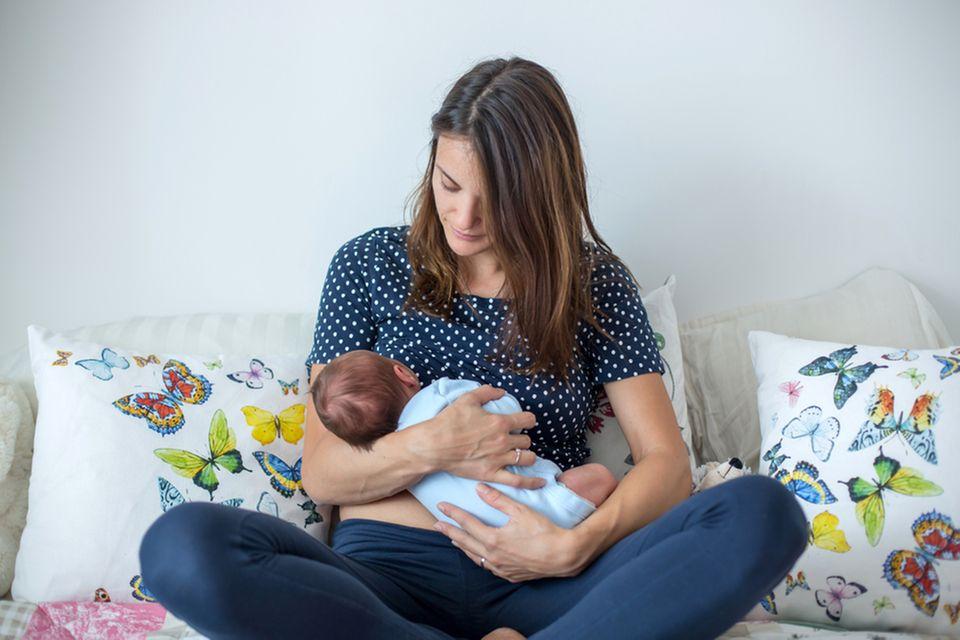 Kolostrum: Frau stillt Baby