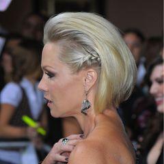 Flechtfrisuren für kurze Haare: Frau mit seitlich geflochtenem Zopf