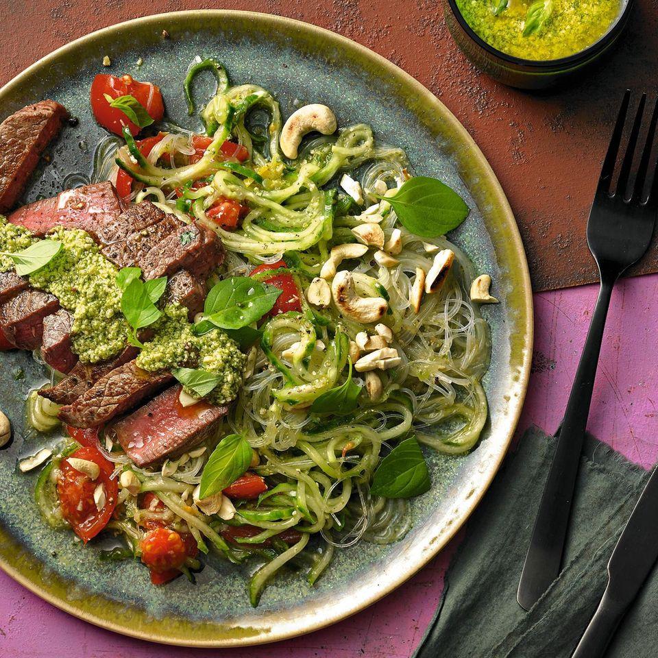 Rinderfilet mit Asia-Pesto und Glasnudel-Salat