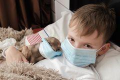 Coronavirus und Kawasaki-Syndrom: Kranker Junge mit MundschutzCor