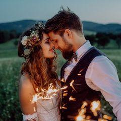 Hochzeit zu zweit: Brautpaar sieht sich an