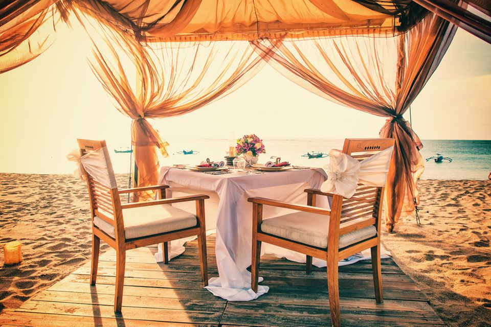 Hochzeit zu zweit: Gedeckter Tisch am Strand