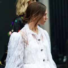 Dünne Haare: Frau mit locker gebundenen Dutt