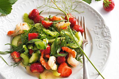 Erdbeer-Gurkensalat mit Garnelen