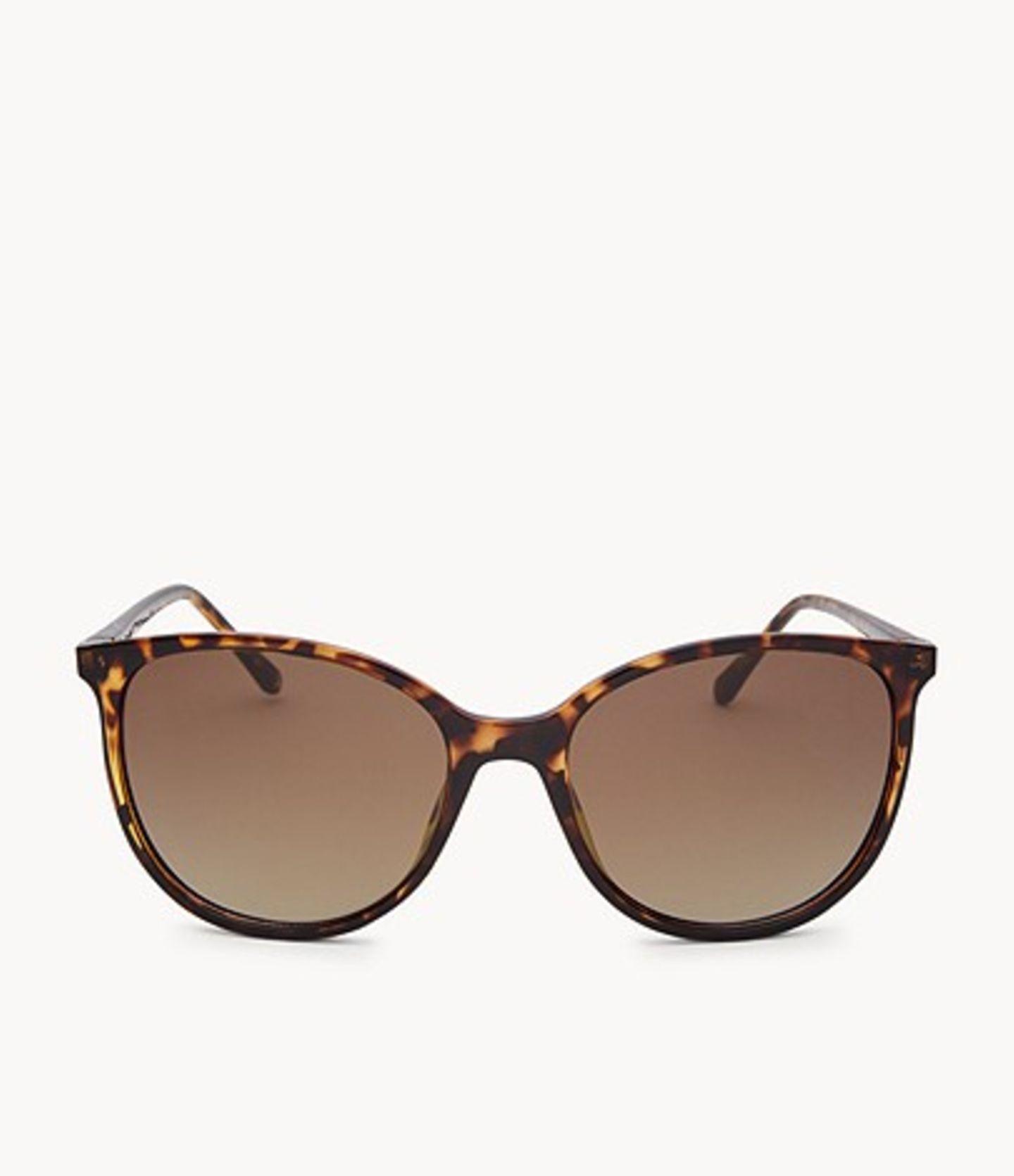 Das einzige Accessoire, das wir im Sommer WIRKLICH brauchen? Ganz klar, eine Sonnenbrille. Ein Glück, dass es so stylische Modelle wie dieses hier in Schildpatt-Optik und mit sanft geschwungenen Gläsern gibt. Von Fossil, um 80 Euro.