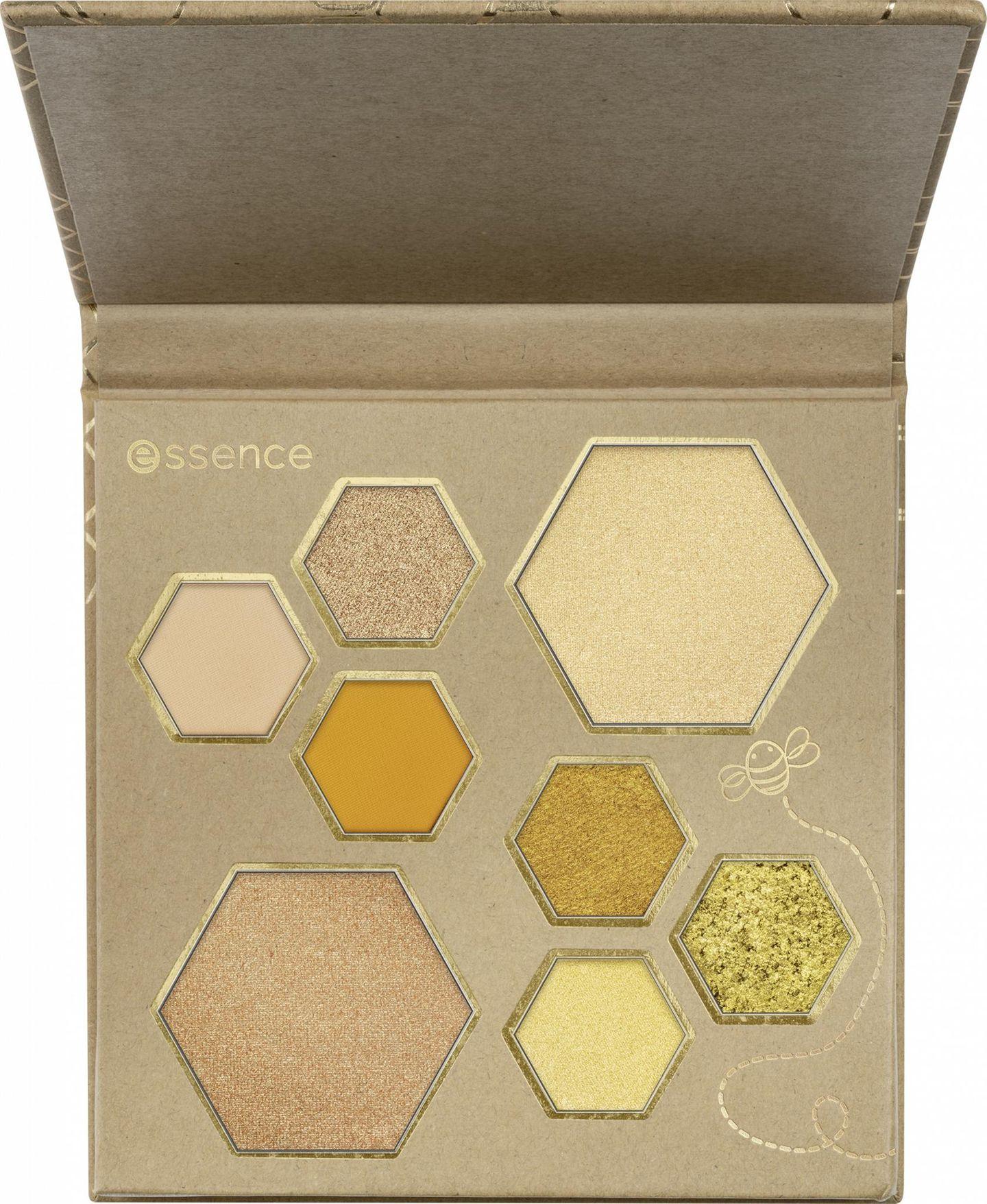 """Goldene Farbtöne für einen strahlenden Glow!Die Welt der Bienen ist die perfekte Inspiration für diese neue Palette aus der neuen Trend-Edition""""Wanne bee my honey?"""" von essence. Sechs matte, glitzernde und hochpigmentierte Eyeshadows sowiezwei Highlighter machen sie zu unserem ultimativen Summer-Crush. Und das Beste:Im Rahmen der Trend-Editionspendet essence insgesamt 20.000 Euro an den Green Forest Fundund schafft damit ein 3.500 m²großes Bienenparadies,um langfristig Lebensraum für Wildbienen zu sichern. Palette, um 8 Euro."""