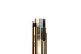 """Wow, was für eine Augenweide – und das fast im wörtlichen Sinne! Der neue Mascara aus dem Hause Marc Jacobs sieht nicht nur unfassbar edel aus, er sorgt auch für einen verlängerten, definierten und schwungvollen Augenaufschlag – und das alles mit einer veganen Formel, die auf leichte pflanzliche Wachse setzt, die lästiges Bröckeln verhindern. """"AT LASH'D LENGTHENING & CURLING MASCARA"""" erhältlich über Sephora, um 30 Euro."""