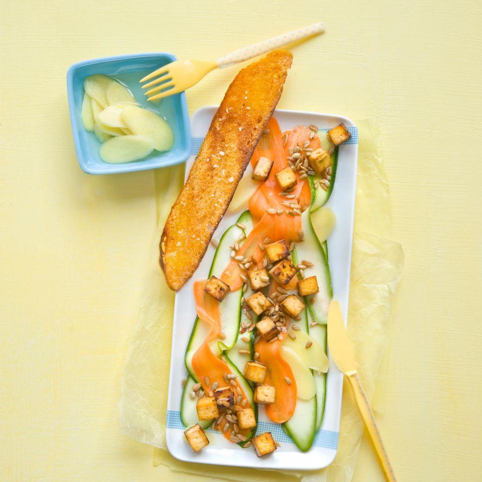 Gebratener Tofu mit Zucchini-Möhren-Salat und Ingwer